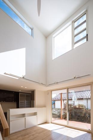 Tu・Na・Ga・Ru家の部屋 広い窓と吹き抜けのあるLDK