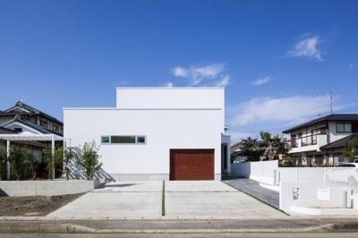 白いキューブ型の建物外観 (Tu・Na・Ga・Ru家)