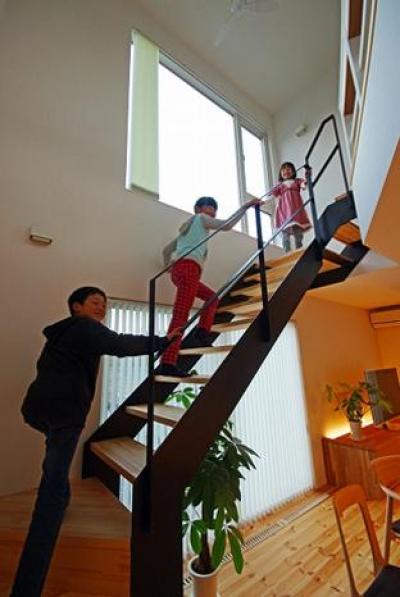 黒と白のBOX house (リビング階段)