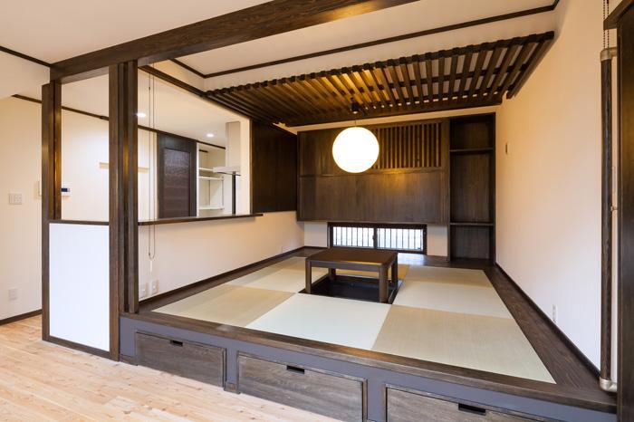 陶芸工房のある家の部屋 掘り炬燵のある小上りの畳スペース