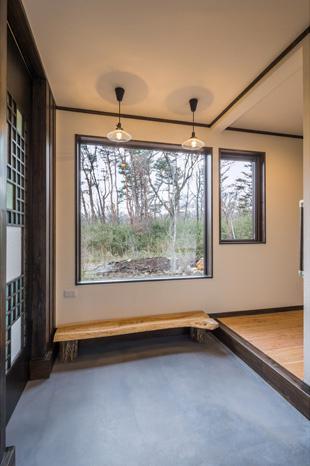 陶芸工房のある家の部屋 ピクチャーウィンドウのある玄関