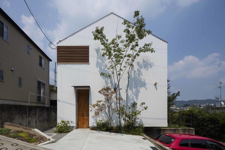 生駒の家の部屋 シンプルで南北に流れる切妻屋根の外観