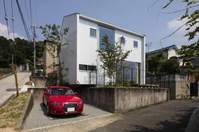 生駒の家 (庭と駐車スペースと外観)