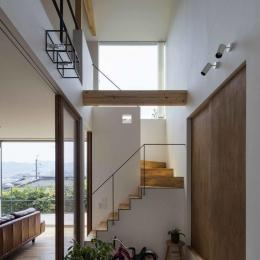 天井の高さが6.7メートルある玄関