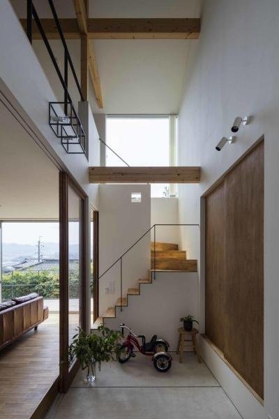 天井の高さが6.7メートルある玄関 (生駒の家)