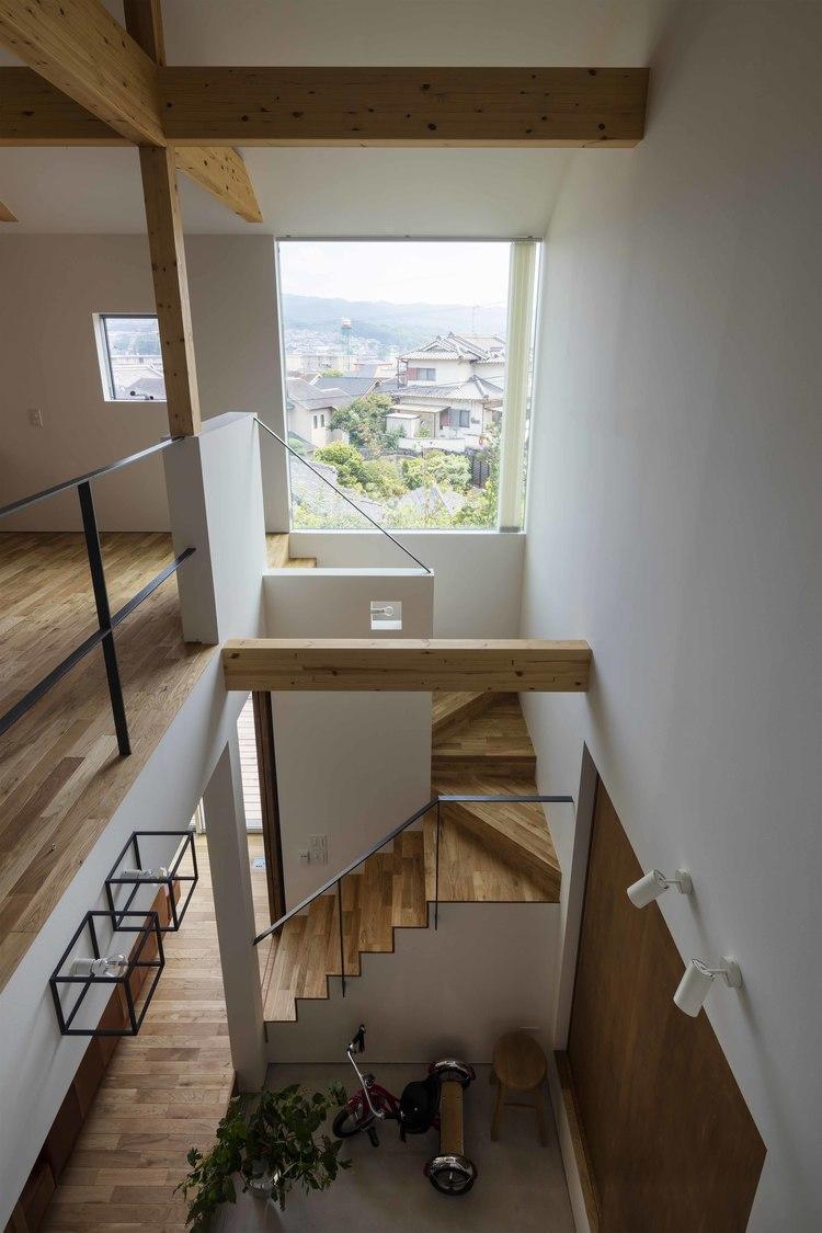 生駒の家の部屋 2階廊下から見下ろす
