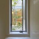 阿倍野の家の写真 中庭を浴窓からを眺望できるバスルーム