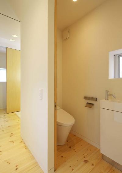 引き戸のトイレ (阿倍野の家)