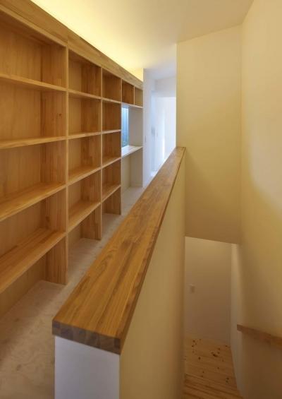 2階廊下の収納 (阿倍野の家)