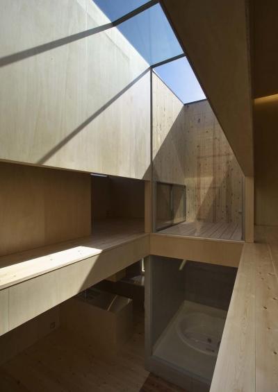 壁がオープンになっているガラスの天井空間 (今宮の家)