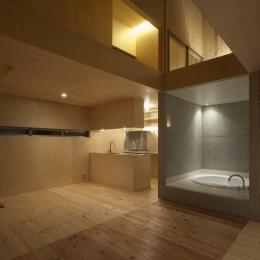 住まいの中心はガラス張りのバスルーム