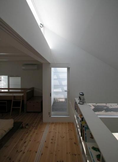 テラスと子供部屋に繋がる2階廊下 (目黒区M邸)