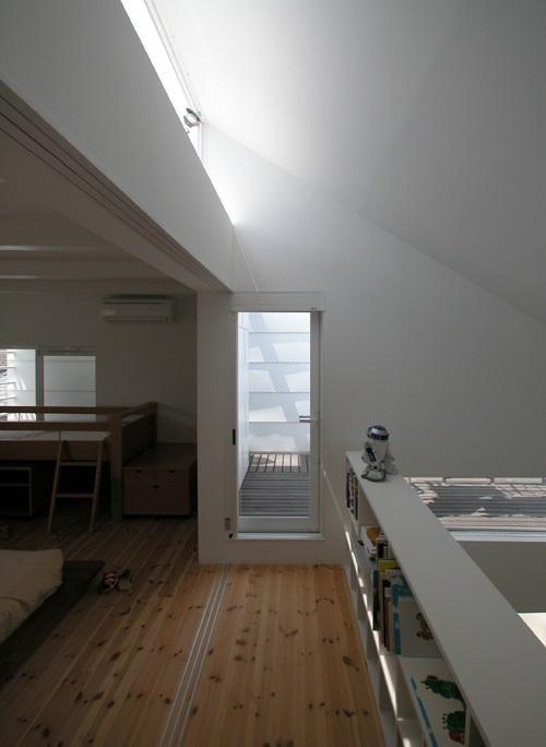 目黒区M邸の部屋 テラスと子供部屋に繋がる2階廊下
