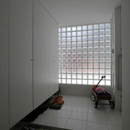 ガラスブロック積みの明るい玄関ホール