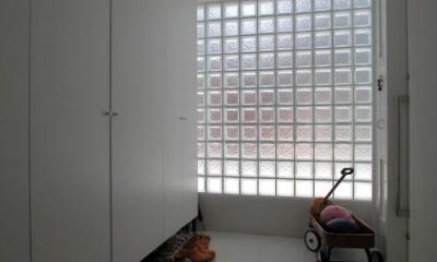 目黒区M邸 (ガラスブロック積みの明るい玄関ホール)