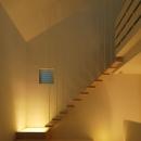段板だけの軽快で浮遊感のある1階リビングの片持ち階段