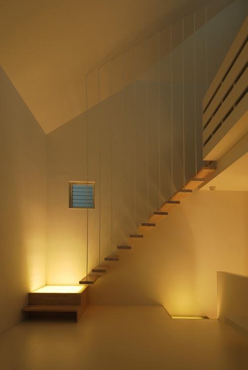 目黒区M邸の部屋 段板だけの軽快で浮遊感のある1階リビングの片持ち階段