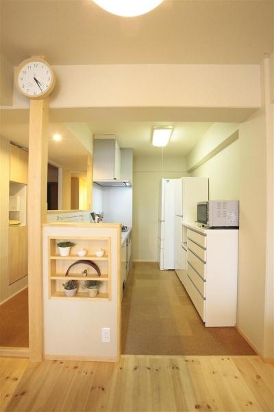 家族の心とカラダの健康を考えた自然素材リノベーション (ハーフオープンな使いやすいキッチン)