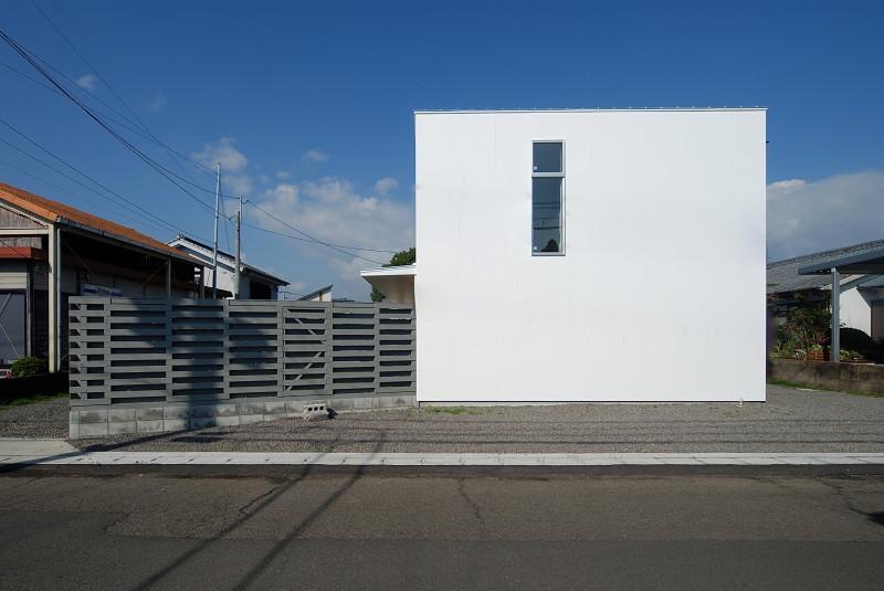 Twelve #136の部屋 白いキューブ型の建物外観