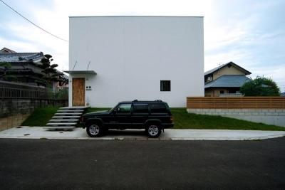 白いキューブ型の建物外観 (Bianco grigio #114)