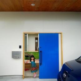 青い引き戸の玄関