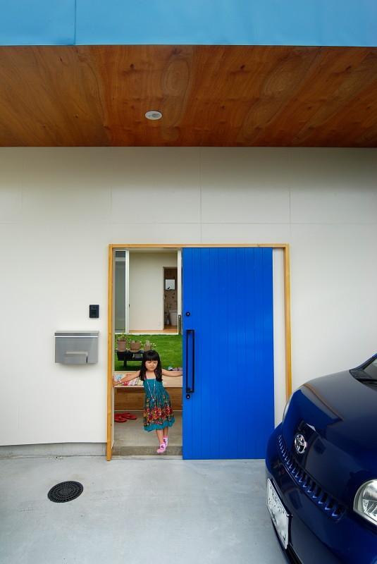 Matryoshka house #113の写真 青い引き戸の玄関