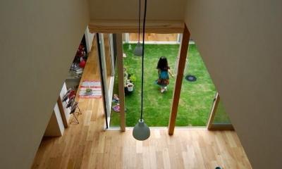 吹き抜けから1階を見下ろす|Matryoshka house #113