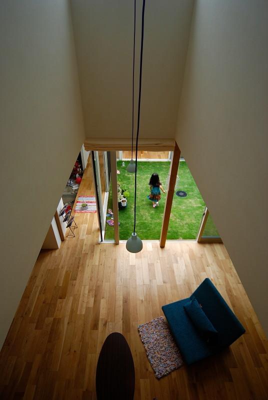 Matryoshka house #113の写真 吹き抜けから1階を見下ろす