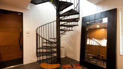 切り通しの家 (特注した螺旋階段)
