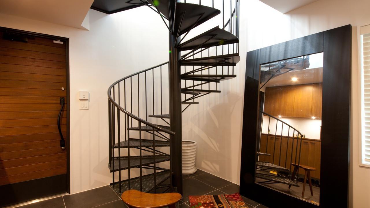 切り通しの家の写真 特注した螺旋階段