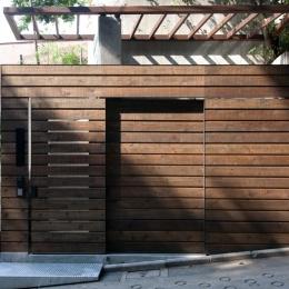切り通しの家-エントランスのスライド扉