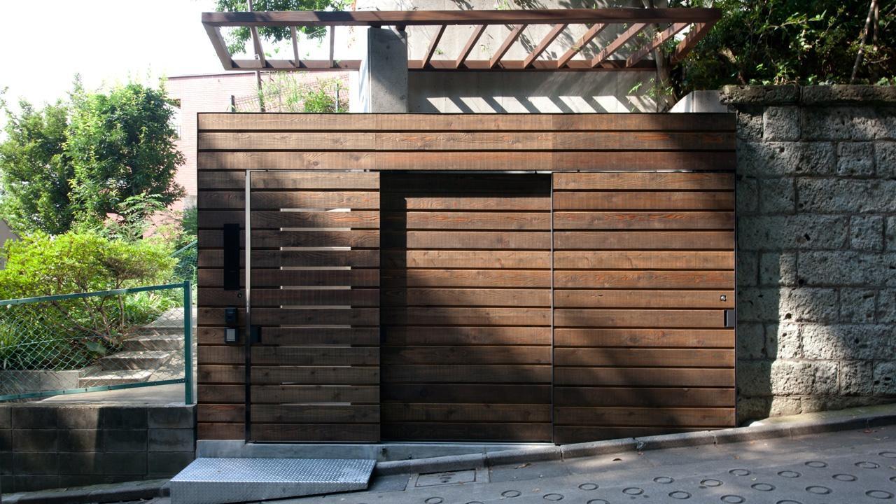 切り通しの家の写真 エントランスのスライド扉