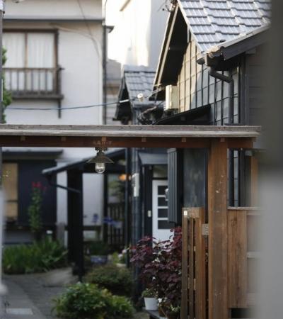 """運ぶ家 (大森ロッヂの入口""""ともしびの門"""")"""