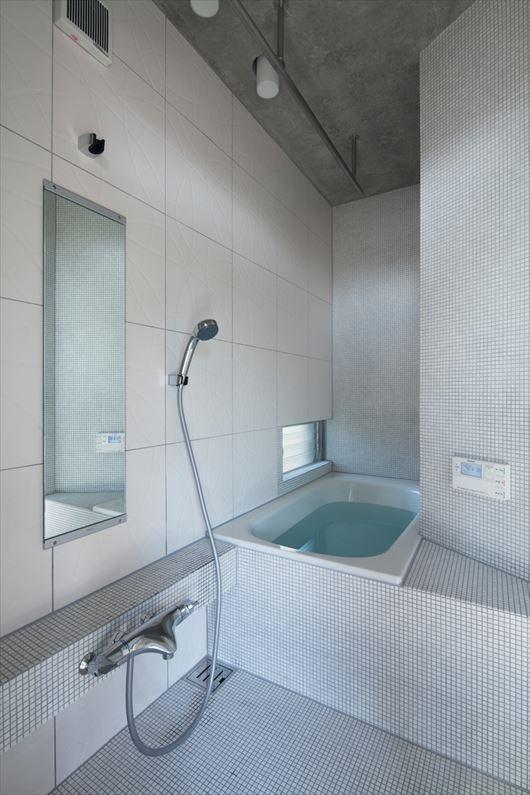 2010 CYYの部屋 白いタイルのバスルーム