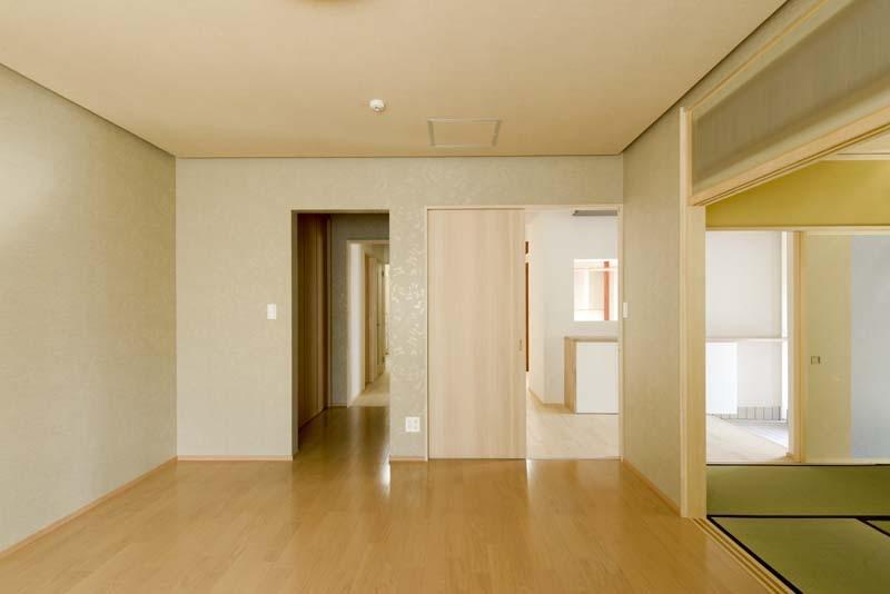 高野の家の部屋 和室と繋がりのある空間