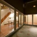 田向の家の写真 コの字プランの建物外観(夜景)