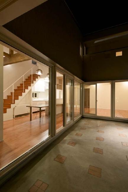 田向の家 (コの字プランの建物外観(夜景))