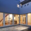 田向の家の写真 コの字プランの建物外観(夕景)