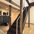 ドッグリビングのある家の写真 吹き抜けへと続くリビング階段