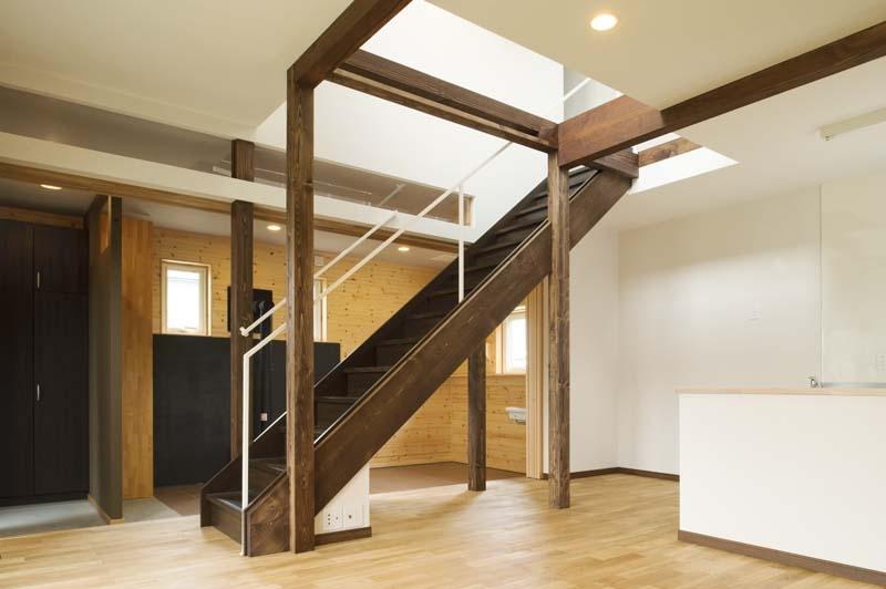 ドッグリビングのある家の部屋 吹き抜けへと続くリビング階段