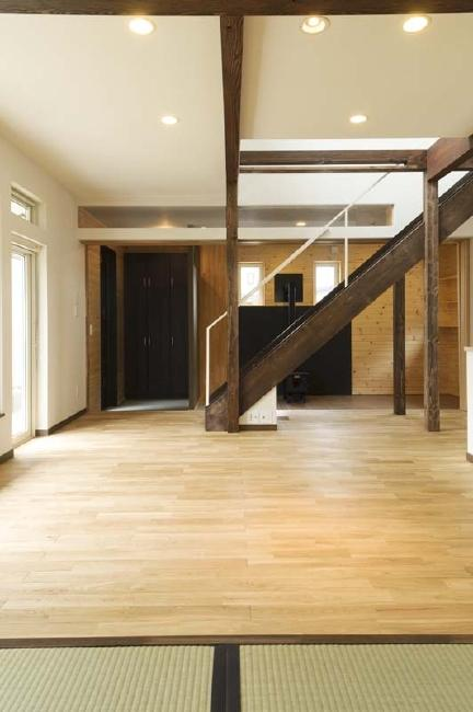 ドッグリビングのある家の部屋 畳スペースからリビングを望む