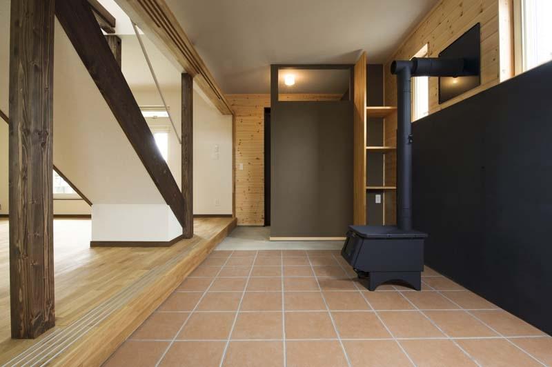 ドッグリビングのある家の部屋 薪ストーブのあるドッグリビング