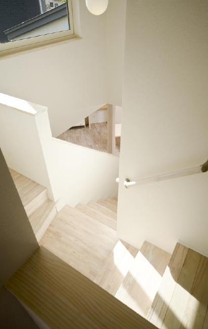 ピアノのある家の部屋 吹き抜けから階段を見下ろす