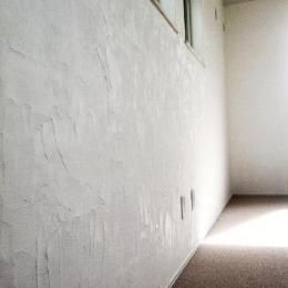ピアノのある家 (ハンドメイドのスイス漆喰壁)