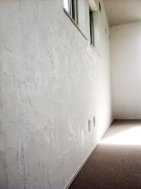 ピアノのある家の部屋 ハンドメイドのスイス漆喰壁