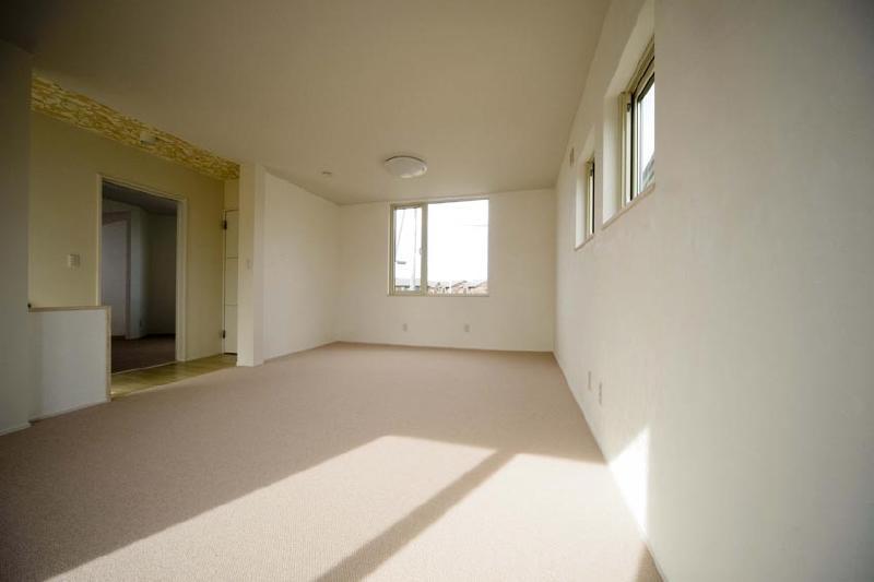 ピアノのある家の部屋 白壁の洋室