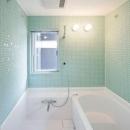 2008 AKTの写真 タイル張りの明るいバスルーム