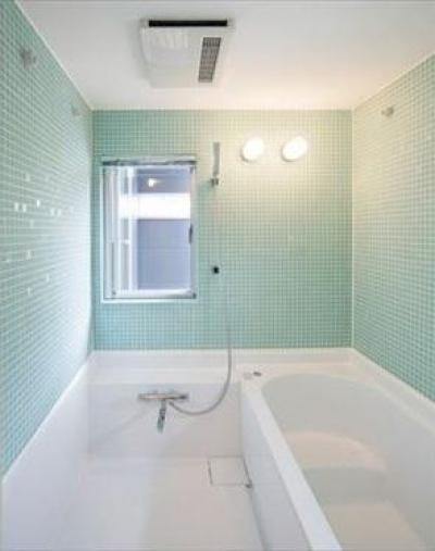 2008 AKT (タイル張りの明るいバスルーム)