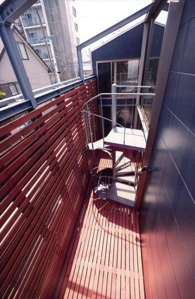 螺旋階段で繋がるウッドデッキ (2003 YIS)