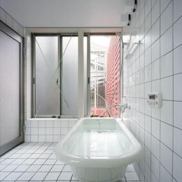2003 YIS (据置型バスタブのあるタイル張りのバスルーム)